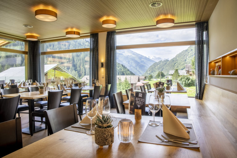 AcroYoga Retreat in the Swiss Mountains - Gadmer Lodge Restaurant